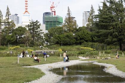 靱公園の川の流れる広場