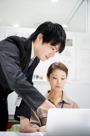 仕事をする男女(共同作業・同僚・新入社員)